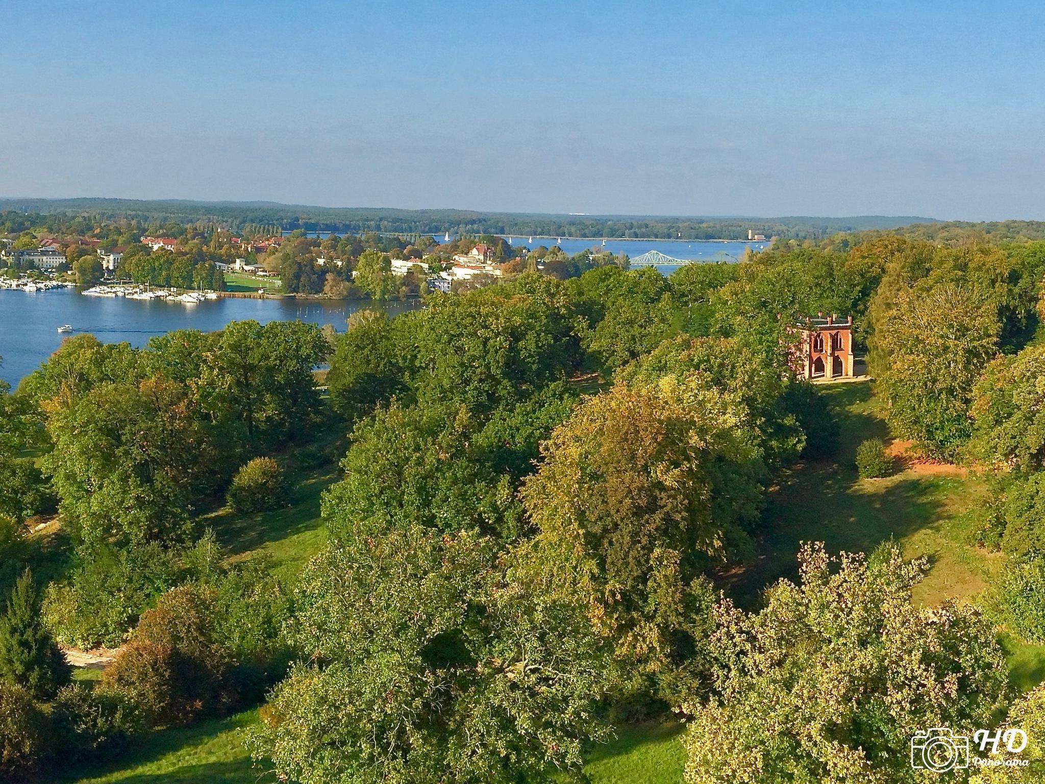 Panorama Flatowturm im Park Babelsberg mit Blickrichtung nach Osten, im Vordergrund die Gerichtslaube und dahinter die Glienicker Brücke - HD-Panorama © René Blanke