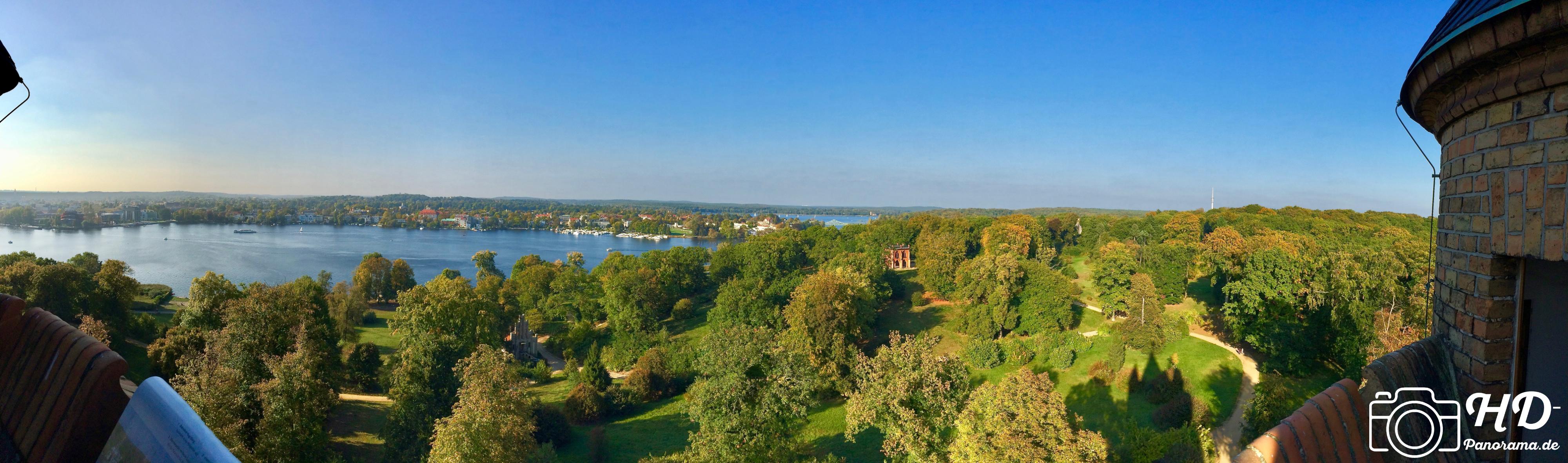Panorama vom Flatowturm im Park Babelsberg mit Blickrichtung nach Osten, im Vordergrund die Gerichtslaube und dahinter die Glienicker Brücke - HD-Panorama © René Blanke