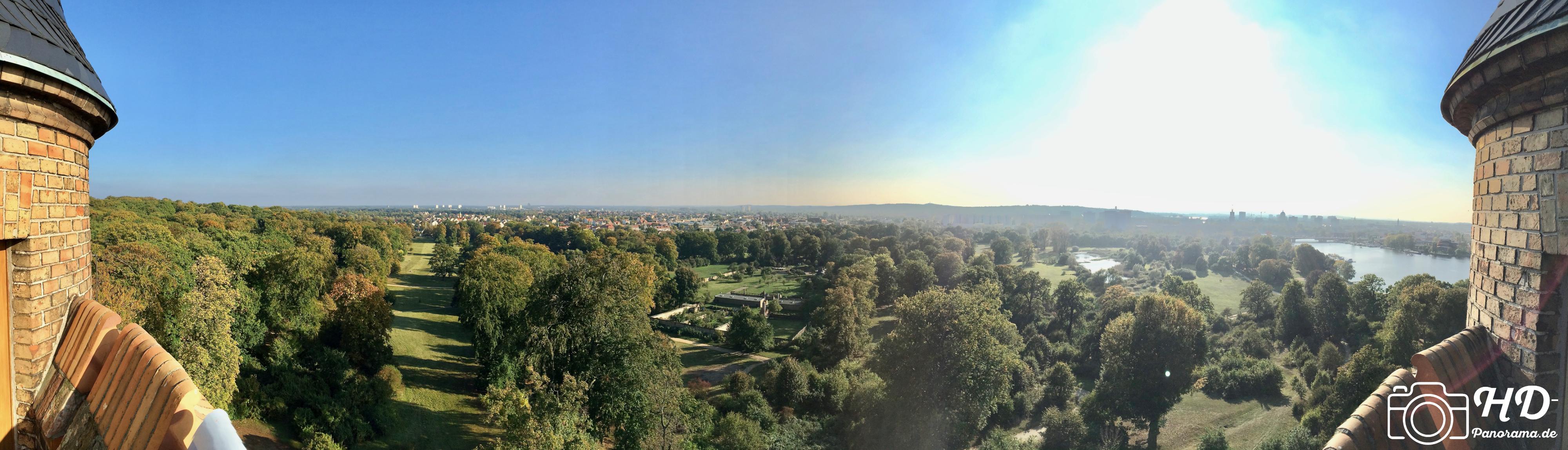 Panorama vom Flatowturm im Park Babelsberg mit Blickrichtung nach Süden, im Vordergrund der Babelsberger Park und Babelsberg, dahinter die Hochhäuser vom Stern - HD-Panorama © René Blanke
