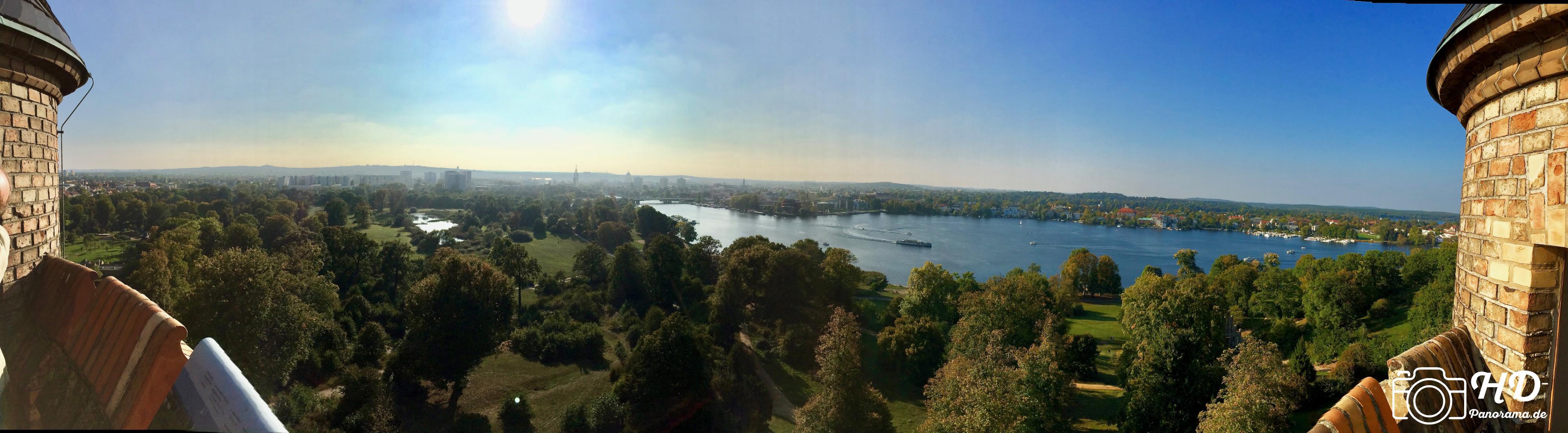 Panorama vom Flatowturm im Park Babelsberg mit Blickrichtung nach Westen, im Vordergrund der Babelsberger Park und der Tiefe See, dahinter die Innenstadt links und die Berliner Vorstadt rechts - HD-Panorama © René Blanke