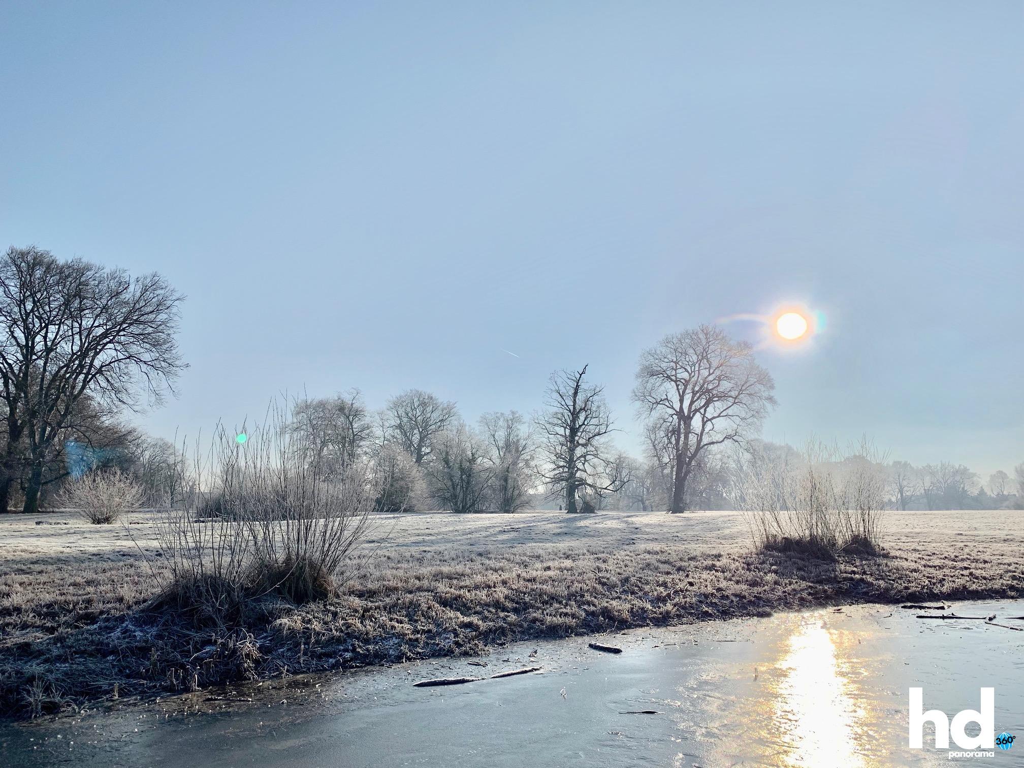 Park Babelsberg: Alles sehr frostig - Der eingefrorene Kindermannsee - HD-Panorama © René Blanke