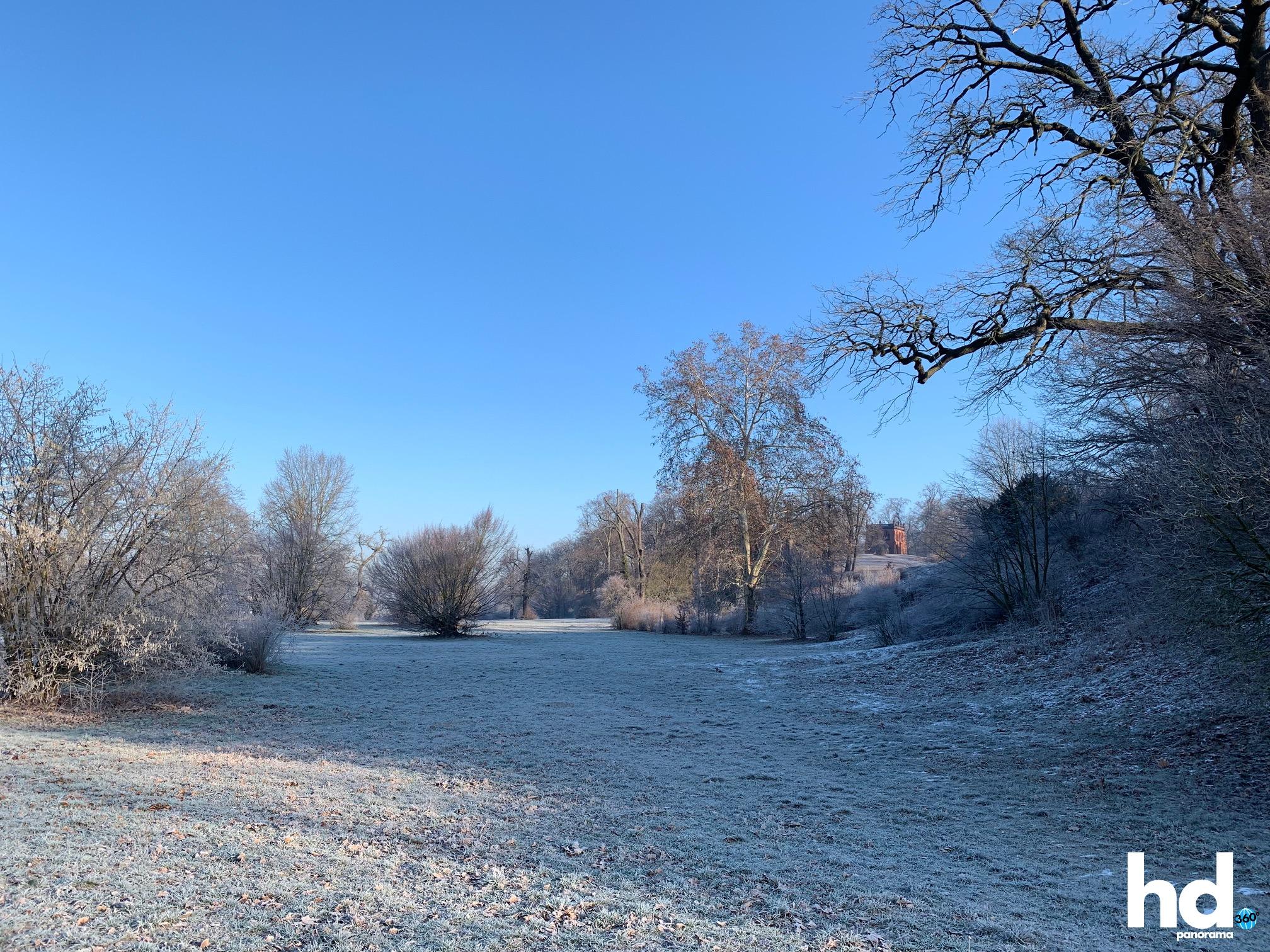 Park Babelsberg: Alles sehr frostig - Blick auf die Gerichtslaube - HD-Panorama © René Blanke