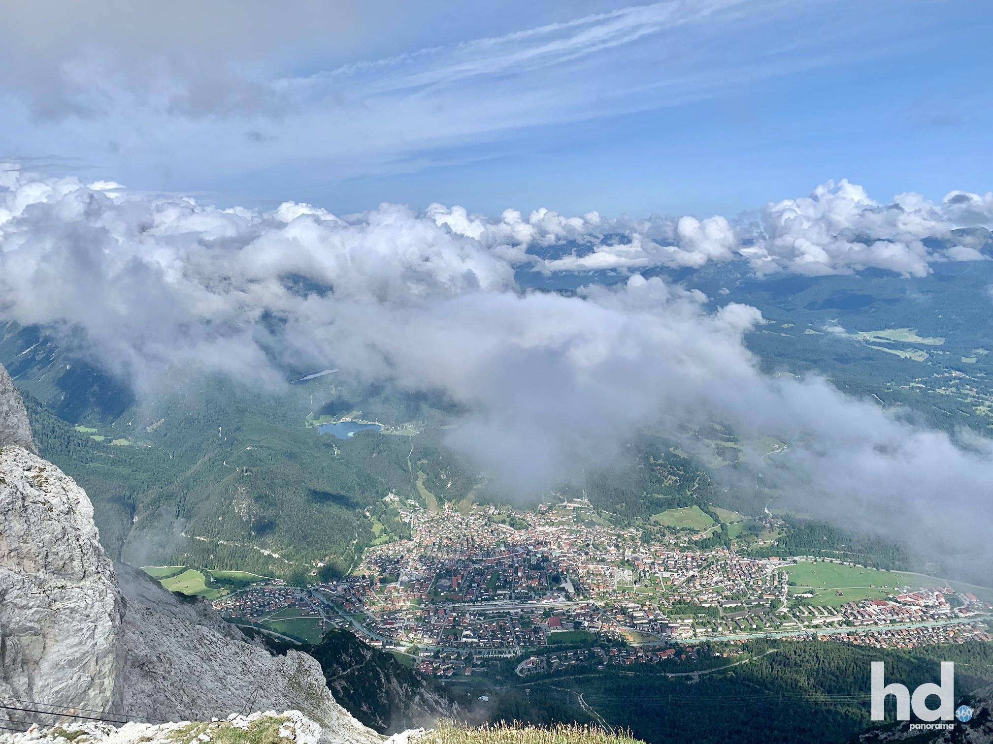 Westlicher Karwendelspitz auf 2.244 Meter, Blick auf Mittenwald, Foto © HD-Panorama