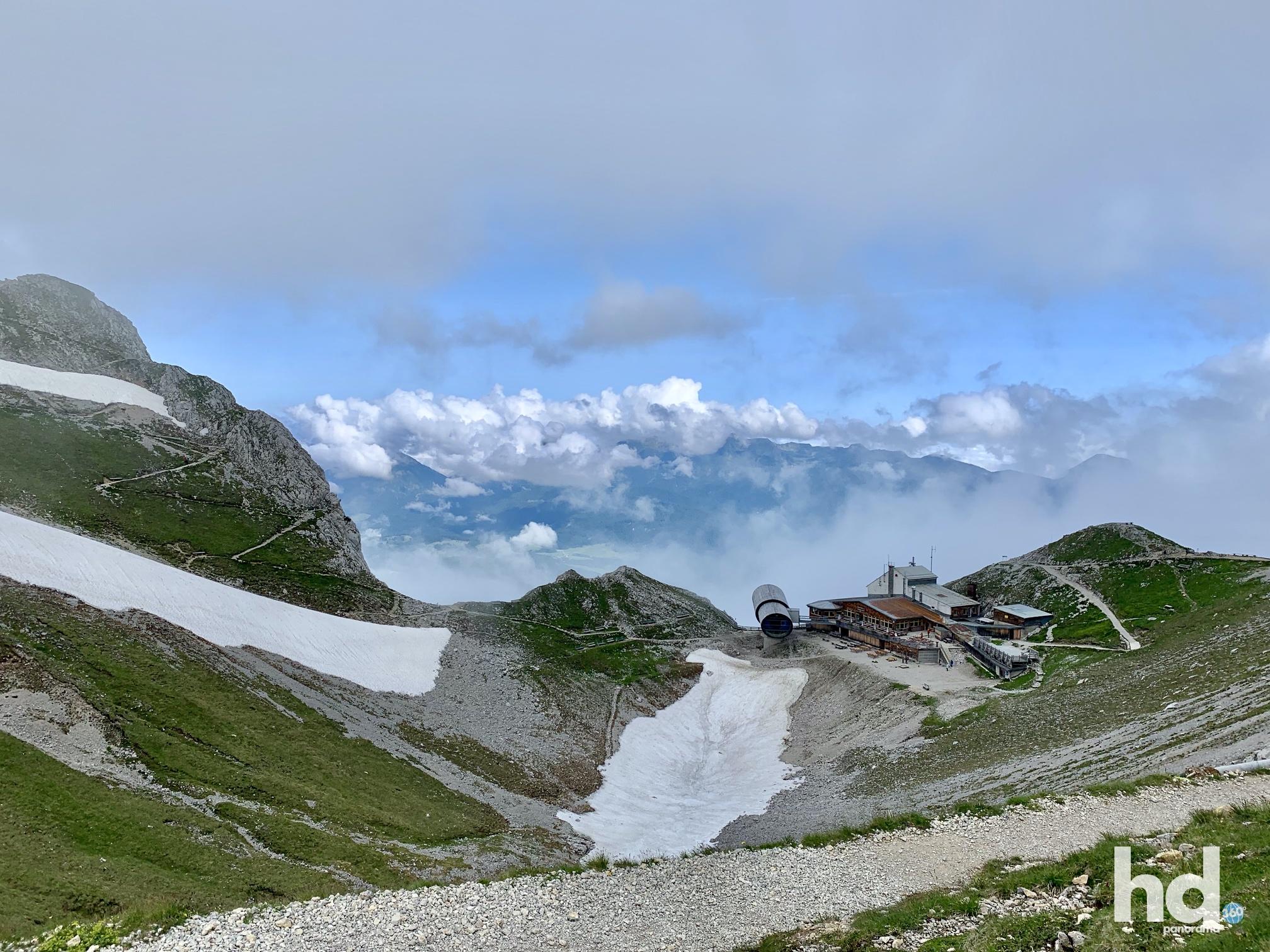 Blick auf die Bergstation mit Aussichtsplattform auf dem westlichen Karwendelspitz, Mittenwald, Foto © HD-Panorama