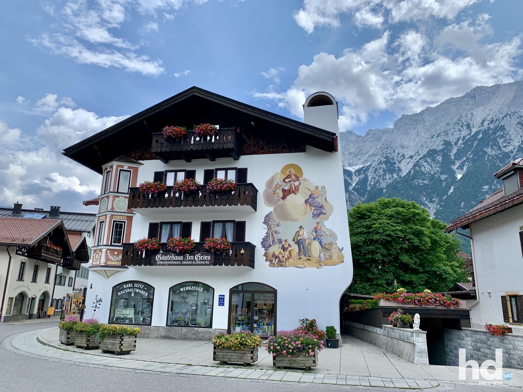 Herrliche Lüftelmalerei an einer Hausfassade in Mittenwald, Foto © HD-Panorama