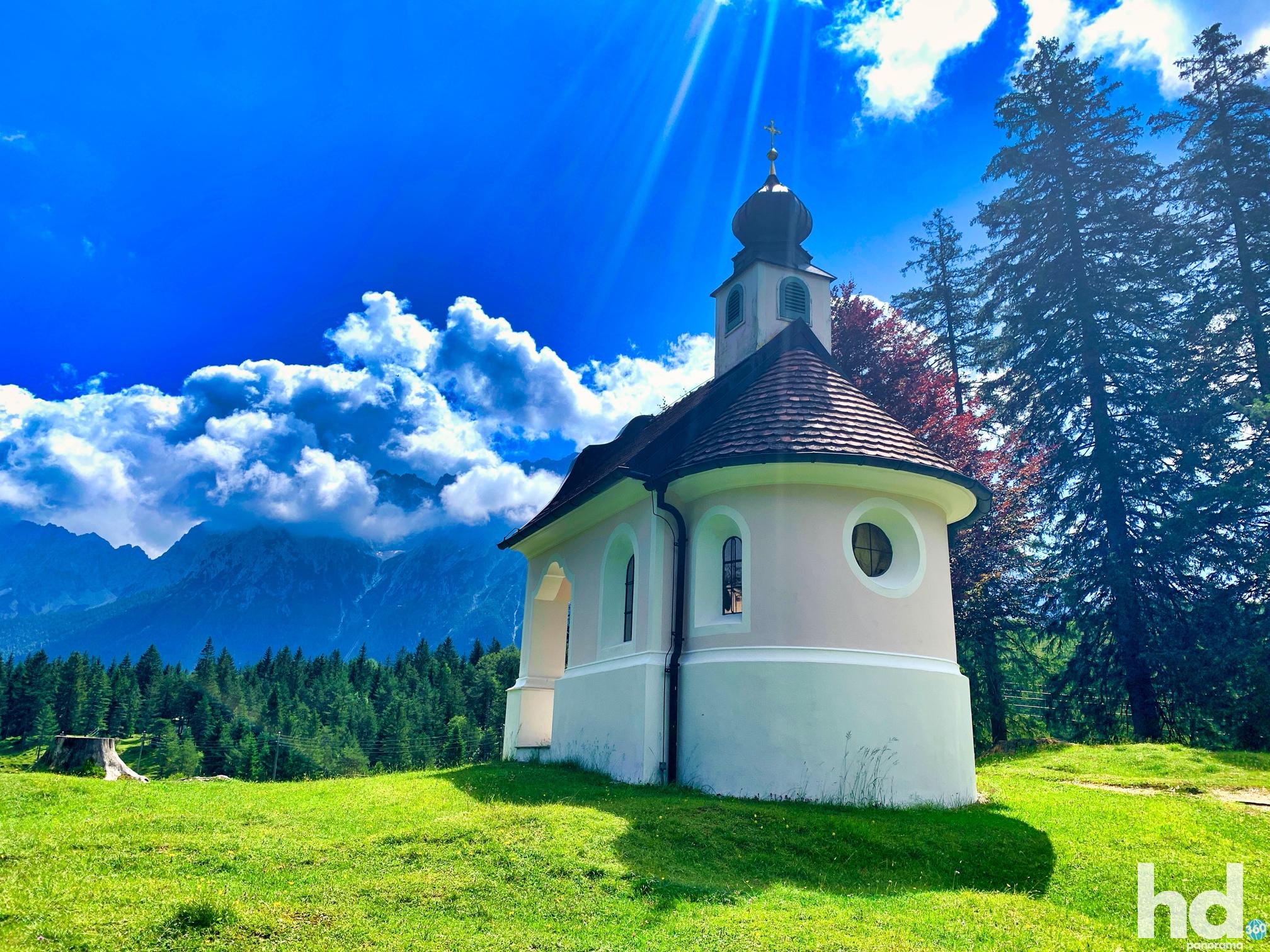 """Die Kapelle """"Maria Königin"""" am Lautersee bei Mittenwald im Karwendelgebirge - Foto © HD-Panorama"""