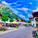Der Obermarkt in Mittenwald ist eine autofreie Fußgängerzone mit Geschäften und Restaurants - Foto © HD-Panorama